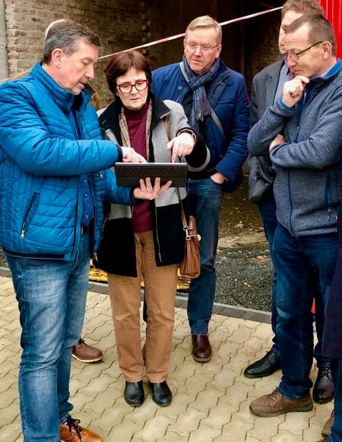 Von links: Bürgermeister Bernd Fuhrmann, Birgit Sippel, Bernd Weide (Vorsitzender SPD-Fraktion Bad Berleburg), Volker Sonneborn (Beigeordneter der Stadt Bad Berleburg) und Waldemar Kiel (SPD, ehemaliger Stadtverordneter und ehemaliger Ortsvorsteher der Ortschaft Arfeld)